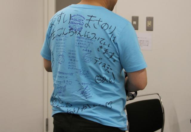 桝井デスクが着ていた推しグループのTシャツ。推しメンに「一生ついていきます ディステニー」と書いてある