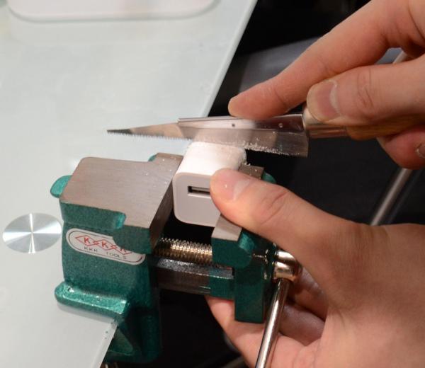 充電器を万力で挟み、小刀で分解した
