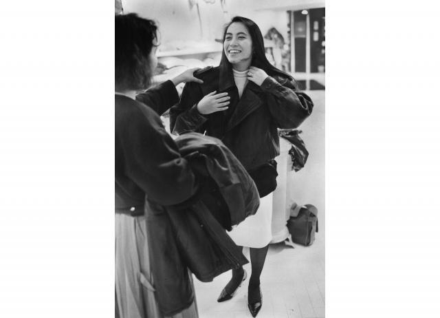 大きな肩パッドの付いたファッションが流行した=1987年11月4日、東京都渋谷区宇田川町1丁目