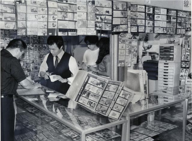 テレホンカード4000種類がひしめく専門店。「新種」のカードには、マニアのみならず子どもも飛びついたという=1987年6月ごろ、東京都千代田区
