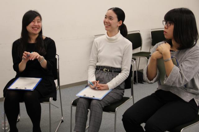 話を聞く津田塾大学の3人