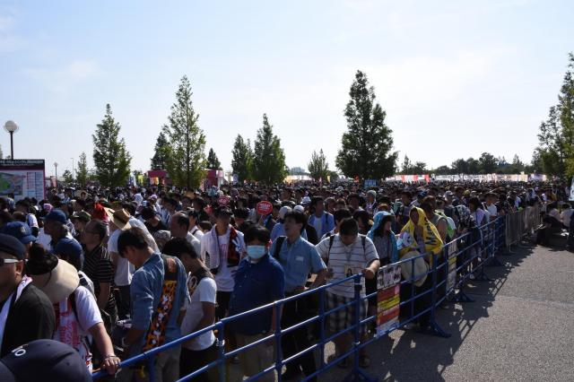 新潟県で行われた2016年のAKB48選抜総選挙で、入場待ちをしているファンの列