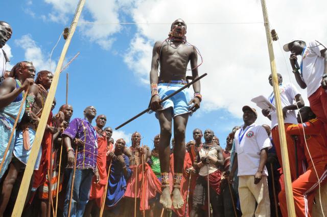 ジャンプ力を競うマサイ族の若者