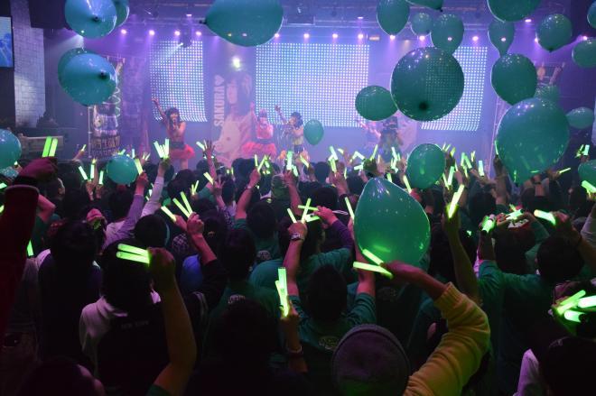 アイドルグループ「仮面女子」のライブで盛り上がるファン