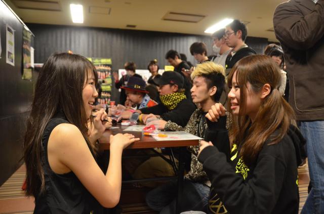 山口県の地方アイドルのサイン会の様子