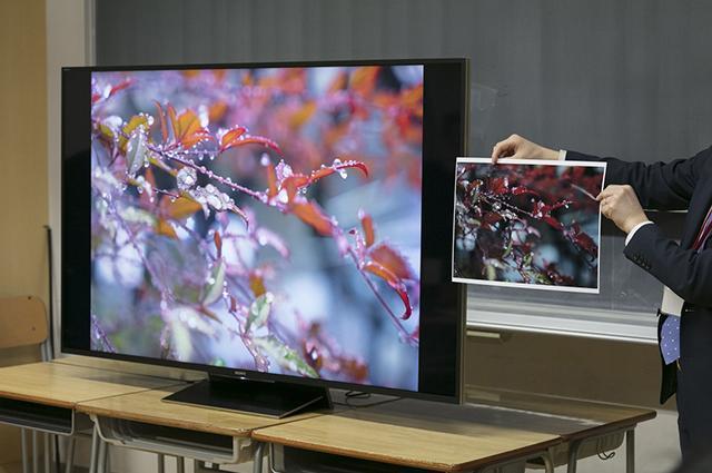 生徒達も4KテレビBRAVIAとプリントの両方で作品を発表していました。モニターのほうが空気感が伝わったり、プリントだと味が出たりと、これからの時代の作品発表について真剣に考えていました。