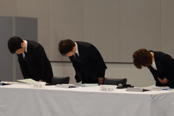 会見で謝罪するDeNAの守安功社長(中央)と南場智子会長(右)