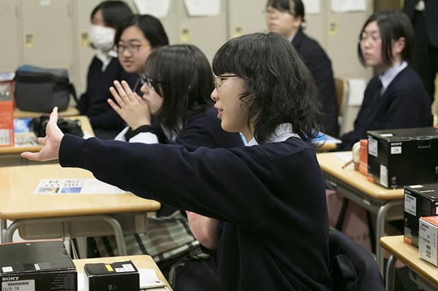 お互いの作品に、真剣に向き合う姿が素敵な高校生たち。