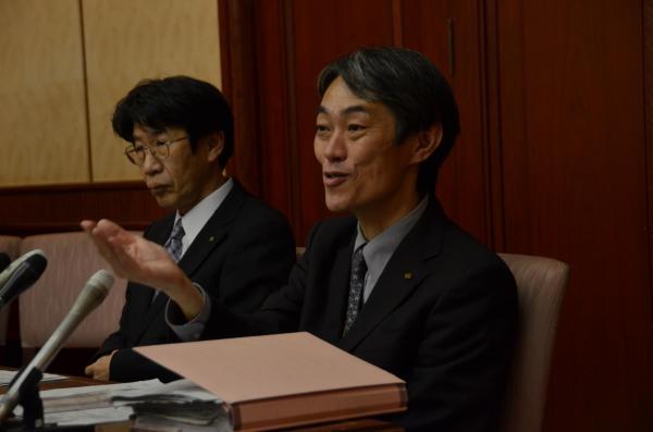 【9日】検査状況について説明する吉本馨・私学課長(右)ら=大阪市中央区の大阪府庁