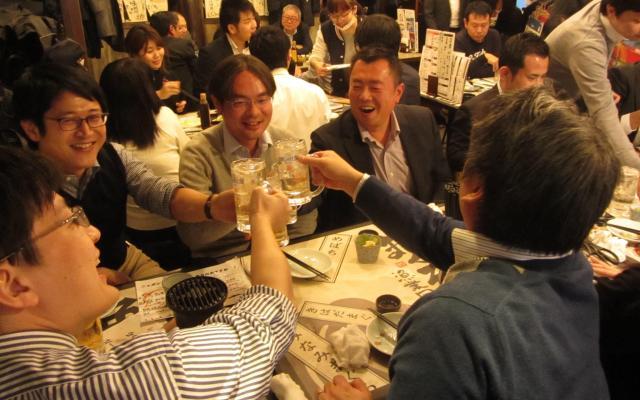 プレミアムフライデー初日に居酒屋で盛り上がる男性ら=2月24日、東京都港区