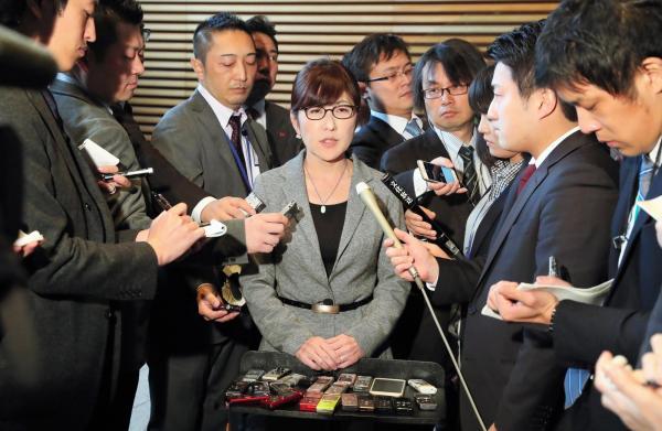 【14日】閣議後、森友学園と自身の関係についての記者の質問に答える稲田朋美防衛相=首相官邸