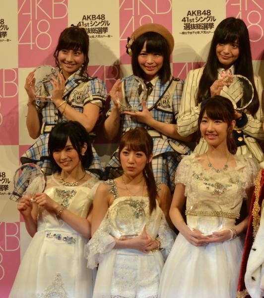 SKE48松村香織さん(上段中央) NMB48山本彩さん(下段左)、AKB48柏木由紀さん(下段右)。2015年選抜総選挙後に撮影
