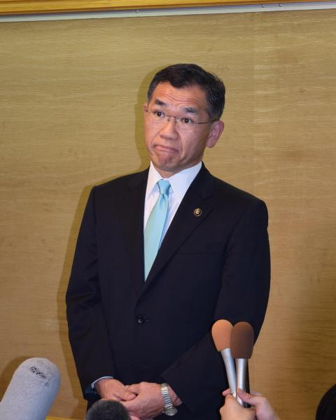 【6日】元近畿財務局長だった広島県福山市の枝広直幹市長。「在任中に森友学園の名前を聞いたことはない」と答えた=福山市