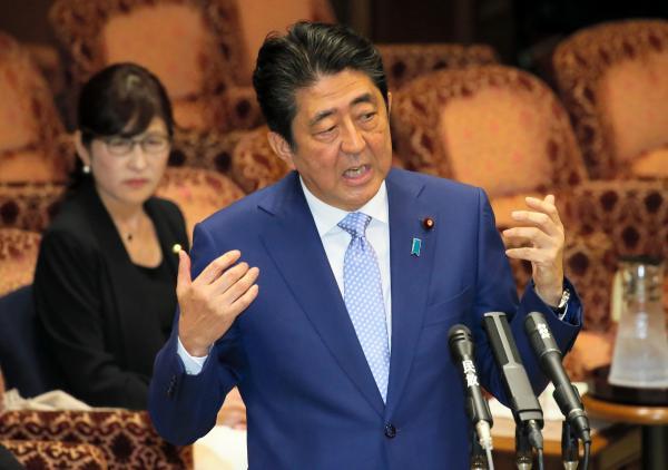 【13日】参院予算委で、民進党の小川敏夫氏の質問に答弁する安倍晋三首相。後方は稲田朋美防衛相