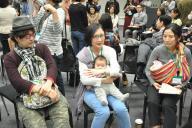 待機児童問題について、意見を述べる参加者たち=2017年3月、東京・永田町
