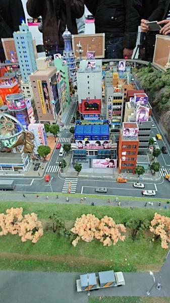 右方の建物屋上にNMB48山尾梨奈さんの展示がある