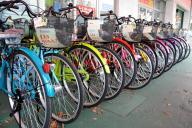 佐賀市のセキモトサイクルの店頭に並ぶカラフルな自転車