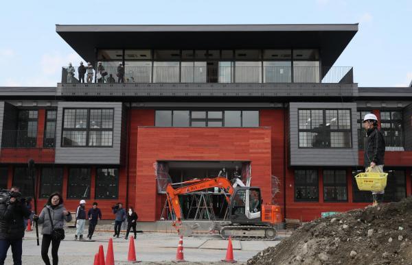 【9日】建設が進められている森友学園の小学校=大阪府豊中市
