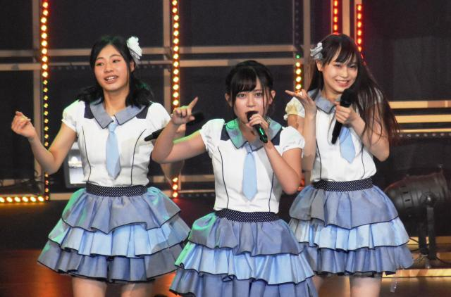 HKT48の岩花詩乃さん(中央)。昨年12月に山田町であったジオラマの記念イベントに招かれた