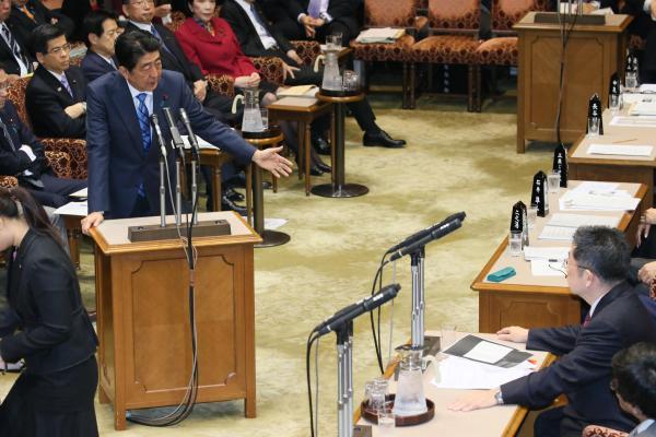 【2日】参院予算委で、共産党の小池晃書記局長の質問に答弁する安倍晋三首相