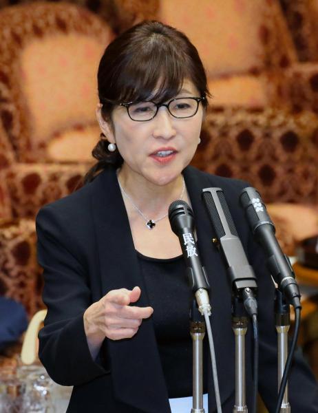 【13日】参院予算委で、民進党の小川敏夫氏の質問に答弁する稲田朋美防衛相