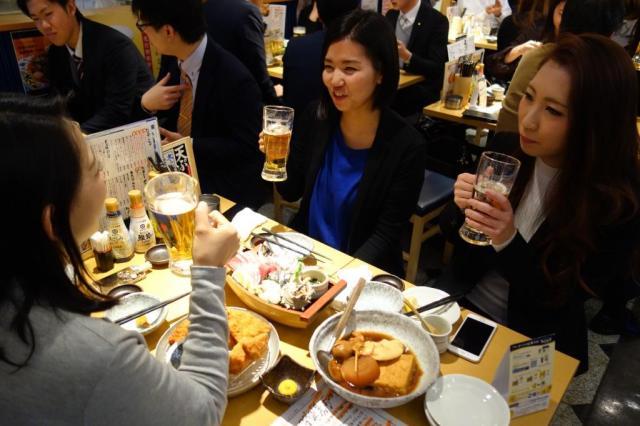 プレミアムフライデーに居酒屋でビールなどを楽しむ女性たち=2月24日、大阪市北区、中村光撮影