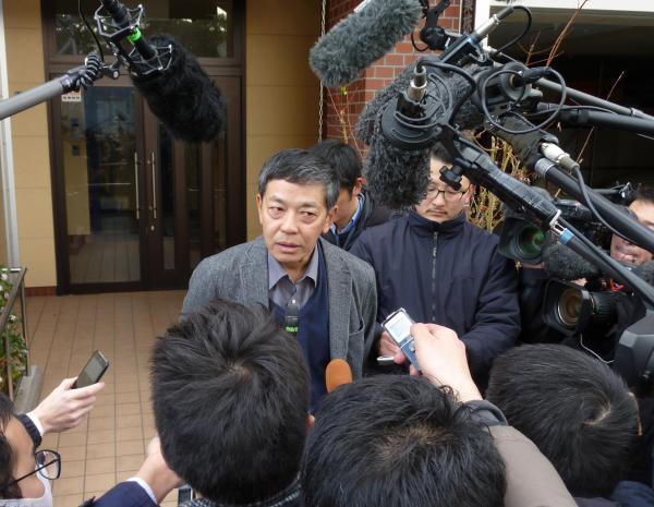 【10日】藤原工業の社長が報道陣の取材に応じ、3通りの契約書を作ったことを説明した=大阪府吹田市寿町