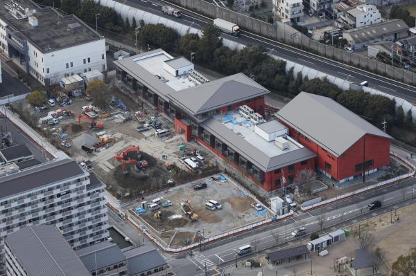 【3日】森友学園に売却された土地で建設が進む小学校=大阪府豊中市