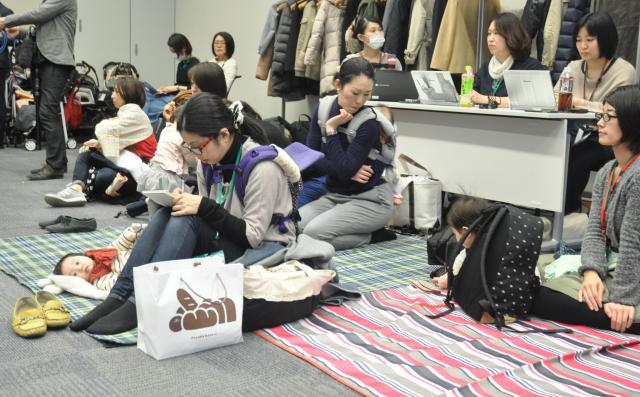 会場には、子どもが遊ぶことができるマットが敷かれていた=2017年3月、東京・永田町