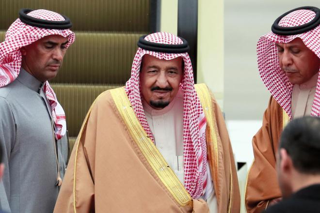 日本での滞在を終え、中国に向け出発するサウジアラビアのサルマン国王(中央)=2017年3月15日