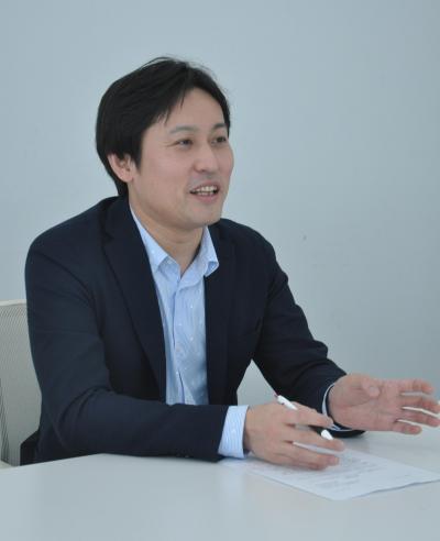 自治体PRについて話す山口さん=2017年2月、東京・赤坂