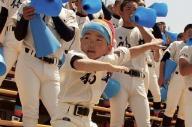 福井工大福井を踊りながら応援する東島海人(かいじ)君=東島宏幸さん提供