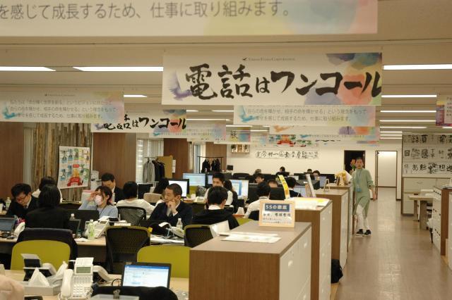 葬儀社は24時間態勢。誰かが亡くなった大変な時にかけてくる人が多いからこそ、オフィスでは「ワンコール」を心がける=東京都江東区