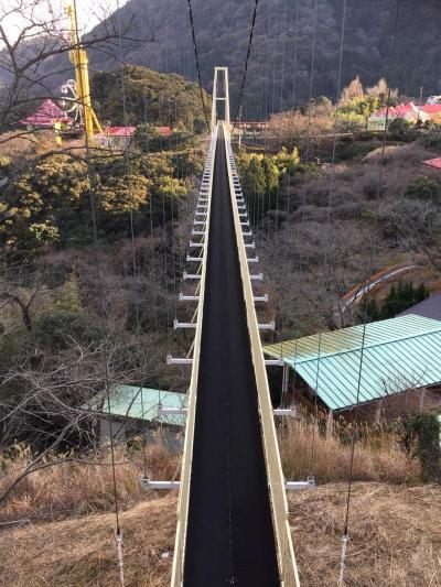 「ラクテンチ」のつり橋。以下イメージ図のように「架け橋かけ湯」となる=2017年2月、大分県別府市