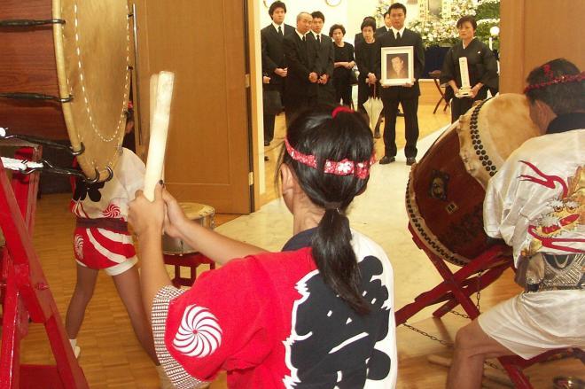 祭り好きだった故人のために、「太鼓隊」が用意された=アーバンフューネスコーポレーション提供