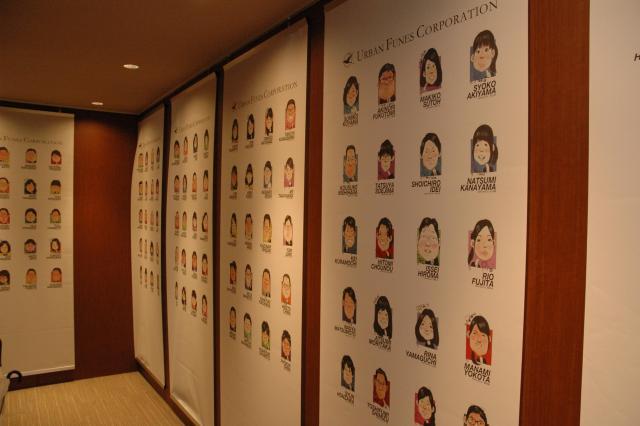 オフィスの入り口には、社員の似顔絵が展示されている=東京都江東区