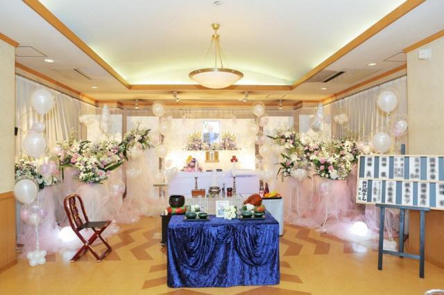 あちこちにバルーンを施した会場は、まるで結婚式場のようだ=同社提供