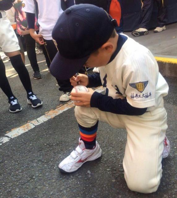 球場ではサインを書くことも=東島宏幸さん提供