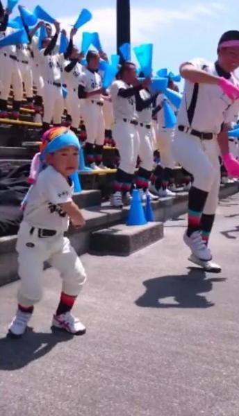 スタンドで踊りながら応援するかいじ君=東島宏幸さん提供