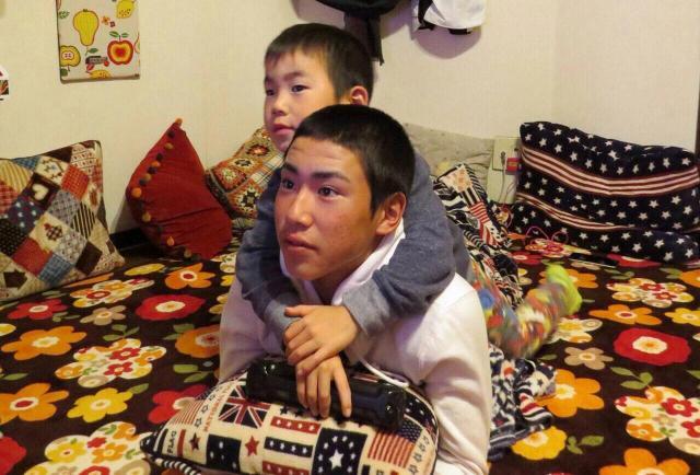 自宅では、兄の拓海さんにべったりのかいじ君=東島宏幸さん提供