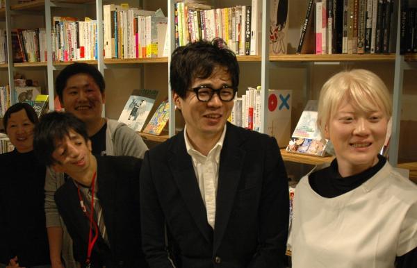 出版記念イベント終了後、当事者の人々と談笑する水野さん(右から2人目)