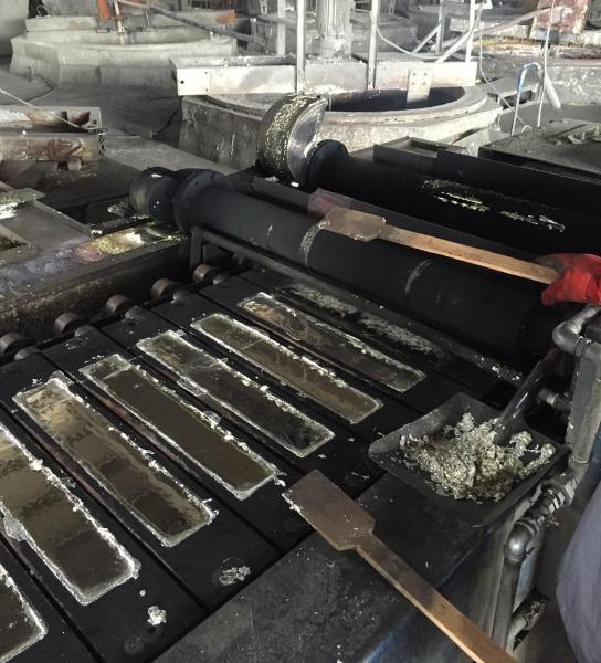鉱石は、製錬所でインゴットに鋳造されるなどして姿を変える=2015年9月撮影、マレーシア北部バタワース