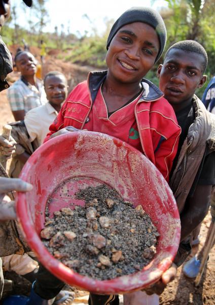 集めた鉱石コルタンを見せる青年=2016年6月、コンゴ民主共和国東部、三浦英之撮影