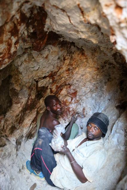 地下約20メートルの坑道で、ノミを使って鉱石コルタン(タンタルの原料)を掘る人々=2016年6月、コンゴ民主共和国東部、三浦英之撮影