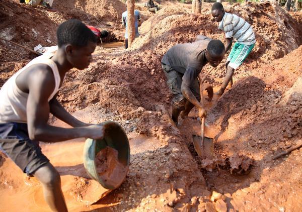 川の水を使い、土に含まれる鉱石コルタンを集める人々=2016年6月、コンゴ民主共和国東部、三浦英之撮影