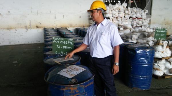 製錬所に届いた、ルワンダからの鉱石=2015年9月撮影、マレーシア北部バタワース