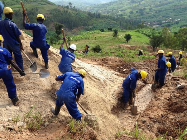 砂と混ざっているスズ鉱石などを、重さや比重の大きさの違いを利用し、水を流して選別する「比重選鉱」の作業。鉱石は重いため、水に沈む=2016年1月撮影、ルワンダ