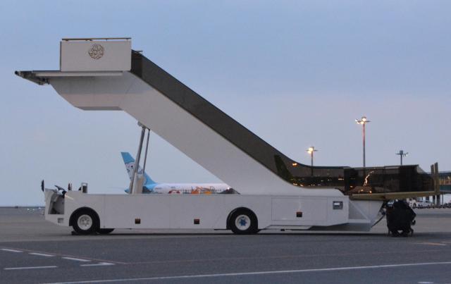 サルマン国王の到着を前に、エスカレーター式の特製タラップが準備され、保安チェックが入念に行われた=12日午後、羽田空港、下司佳代子撮影