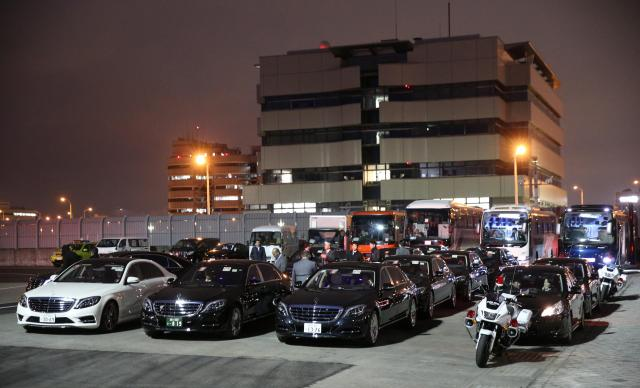 サウジアラビアのサルマン国王一行の到着を待つ高級車のハイヤー=3月12日、羽田空港、飯塚晋一撮影
