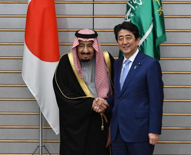 サウジアラビアのサルマン国王(左)との首脳会談を前に握手する安倍晋三首相=3月13、首相官邸、仙波理撮影